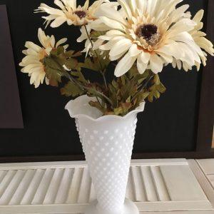 Vase milk glass motif clouté