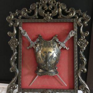 Cadre métal armure cuirasse épées Italie